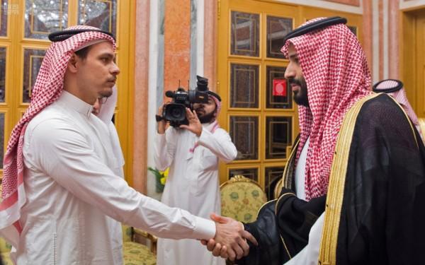 沙國國王沙爾曼和王儲穆罕默德(右)週二在王宮接見薩拉赫(左)和哈紹吉的兄弟表達哀悼之意,與穆罕默德握手的薩拉赫,看起來面無表情、神情僵硬。(法新社)