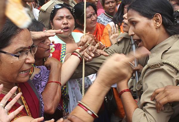 即便同樣是女性,部分印度女警仍對反對性暴力的示威婦女相當嚴厲。(法新社)