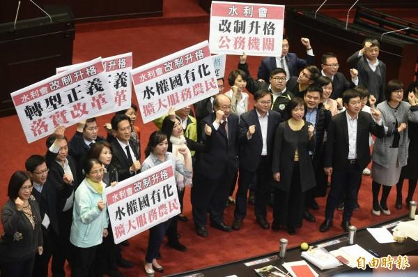農田水利會組織通則修正案三讀完成後,民進黨立委在場中慶祝三讀通過。(記者劉信德攝)