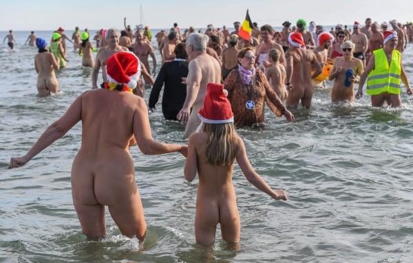 法國天體沙灘「Cap d'Agde」,今日湧入大量人潮戲水慶新年。(法新社)