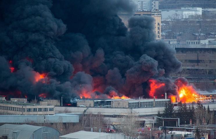 俄羅斯位於西伯利亞的一處「洲際彈道導彈工廠」於26日發生大火,焚燒面積高達2.4萬平方公尺,工廠屋頂也發生倒塌,所幸飛彈裝備並未因此發生爆炸。(圖擷自塔斯通訊社)