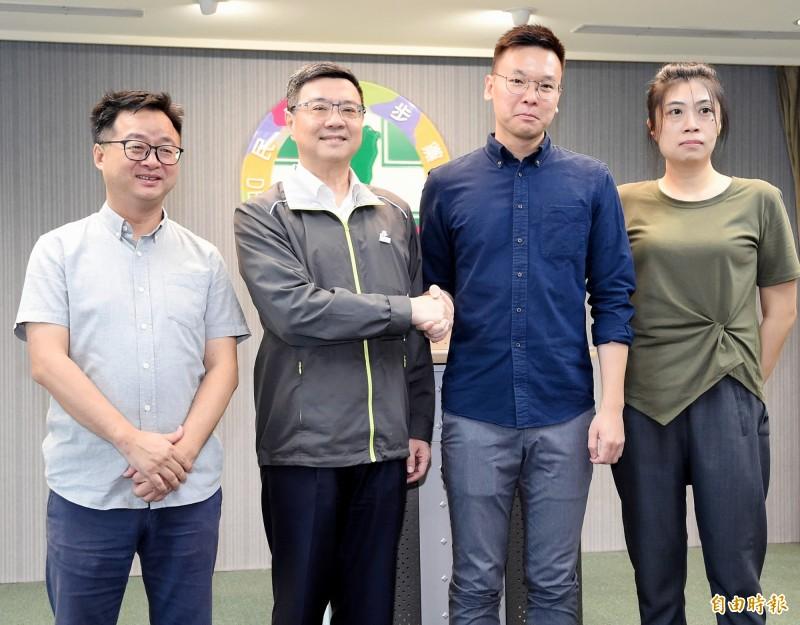 民進黨主席卓榮泰(左二)面對國民黨初選結果出爐表示,一定會努力讓蔡英文總統連任。(記者朱沛雄攝)