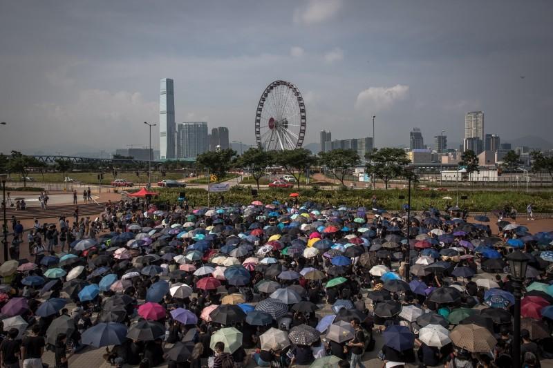 香港中學生今日下午在中環愛丁堡廣場舉行「中學生反條例集會」。(歐新社)