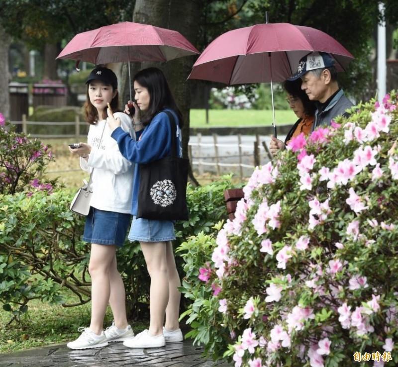 明天(19日)氣溫大致和今天類似,但午後西半部出現陣雨或雷雨的機率將逐漸提高,局部地區容易有短時強降雨造成的大雨,提醒民眾外出記得攜帶雨具。(資料照)