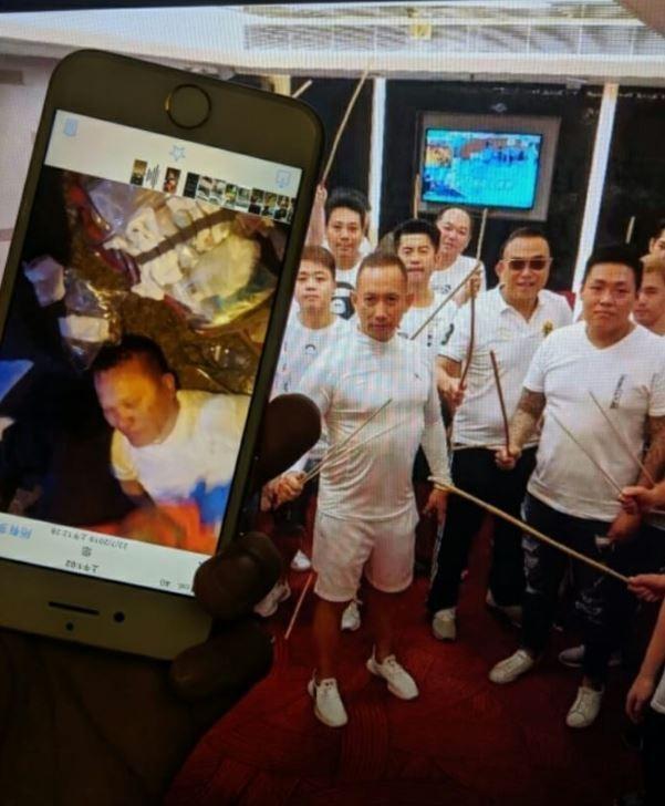 香港黑社會大老飛天南疑似率領白衣惡煞圍毆反送中民眾,卻當場心臟病發生死未卜。(圖擷自LIHKG論壇)