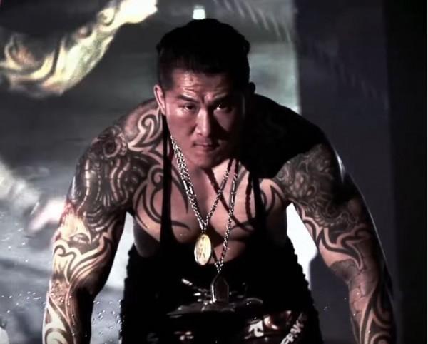 身材壯碩的「館長成吉思汗」平常會在網路貼出健身教學影片。(圖擷自館長成吉思汗YouTube)