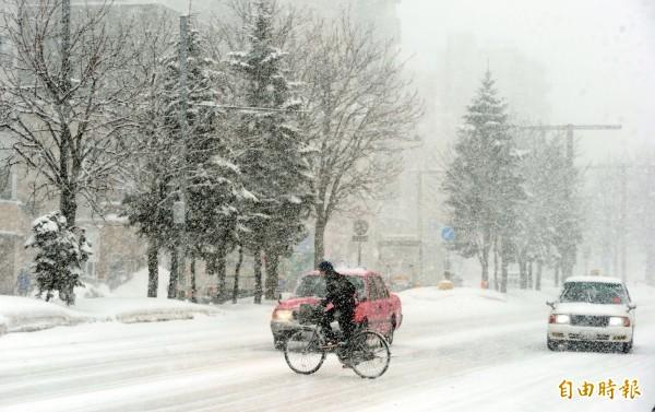 北海道遇寒流,大雪襲擊機場取消15個航班。(資料照)