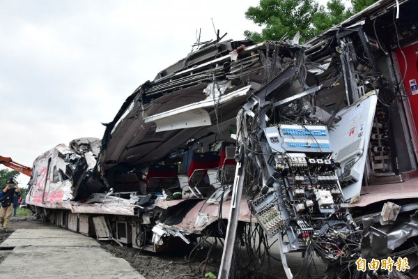 普悠瑪車頭嚴重變形、破裂,車廂內部暴露在外。(記者張議晨攝)