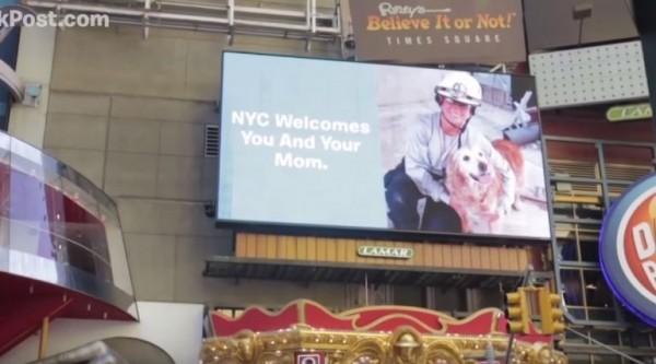 布列塔尼還登上時代廣場的廣告看板。(圖擷自YouTube)