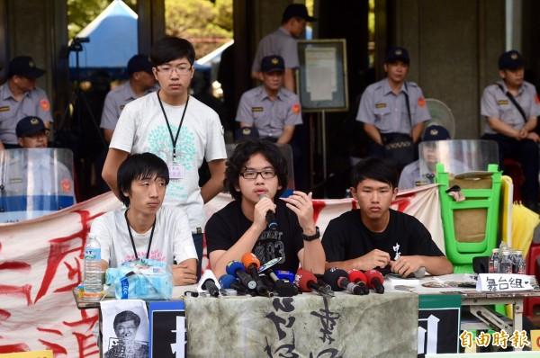 針對颱風來襲,反課綱學生代表陳建勳(中)說,基於安全考量,將不排除撤離教育部。(記者羅沛德攝)