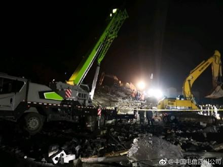 9日下午5時許,中國四川省敘永縣分水鎮發生山崩意外,土石衝過道路導致3間民宅被壓垮坍塌。(圖取自微博)