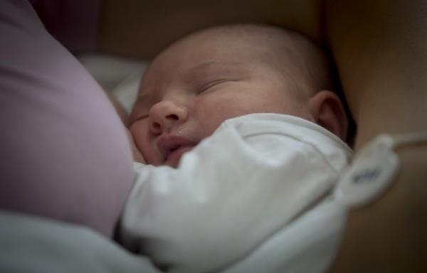 新加坡7月大女嬰不幸卡床隙喪生,購置孩童物件須更加謹慎嚴謹。圖為嬰兒示意圖。(法新社)