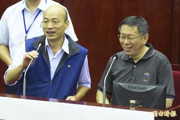 邱毅認為,若柯文哲(右)結盟王金平與郭台銘,會使韓國瑜(左)落入腹背受敵的處境。(資料照)