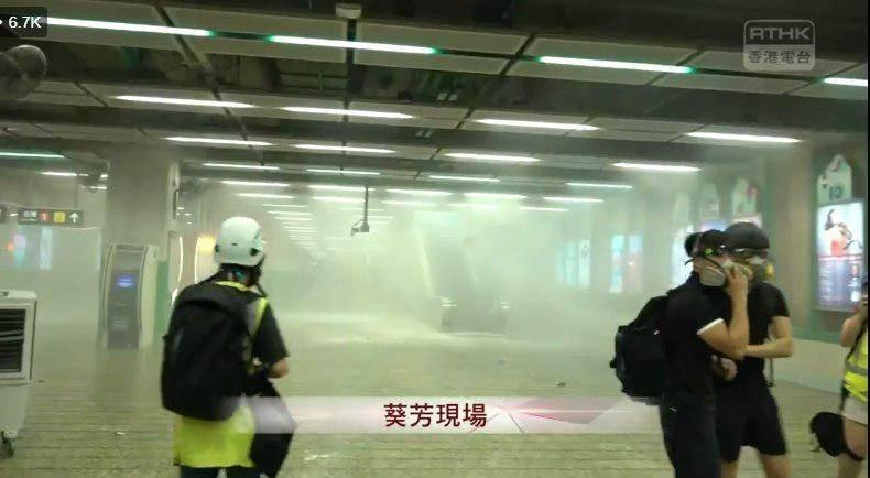 港警在葵芳地鐵站內擊發催淚彈,並傳出有不明人士喬裝成示威者,後將民眾制伏在地。(圖擷取自Telegram)