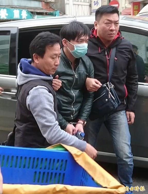 程宇(中)遭移送士林地檢署。(記者黃捷攝)