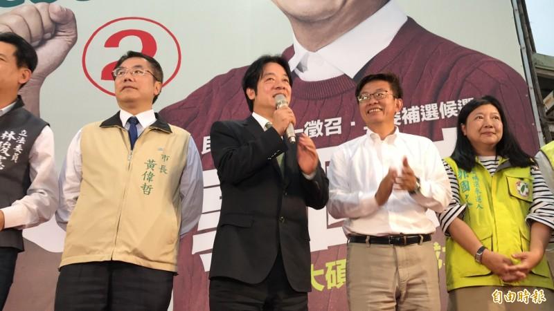 前行政院長賴清德陪同當選的郭國文向民眾致謝。(記者吳俊鋒攝)