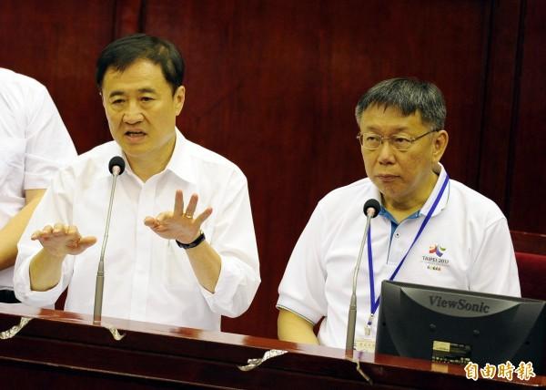 有媒體報導,柯P(右)力挺陳景峻(左)參選新北市,要打造「雙城連線」。(資料照,記者王藝菘攝)