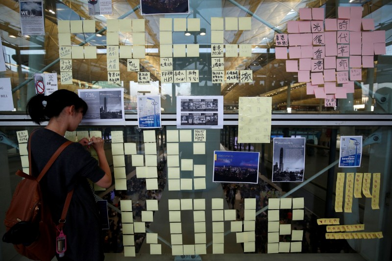 不少參加抗議活動的民眾,將希望小語寫在便條紙上,排成香港字樣。(路透)