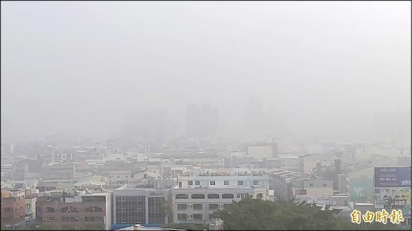 台南昨日霧、霾夾擊,天空一片霧茫茫,能見度不佳。(記者蔡文居攝)