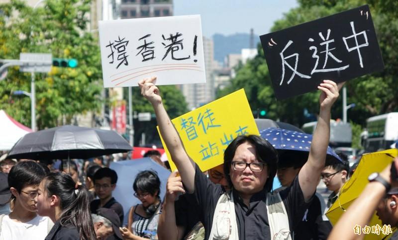 參與的人們高舉標語,高喊「撐香港,反送中!」(記者劉信德攝)