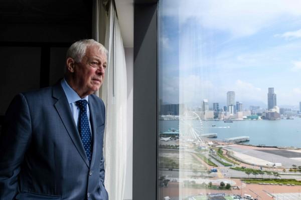 香港末代港督彭定康(見圖)日前表示,香港的「一國兩制」在習近平上台後已經徹底「變質」;他還引用民調稱,有超過50%的香港年輕人想移民。圖為彭定康在2017年重返香港,在飯店鳥瞰香港。(法新社)