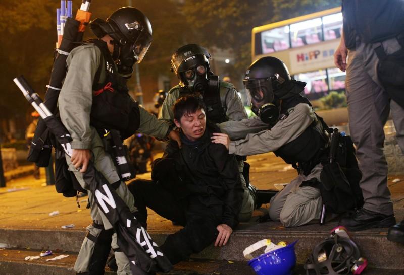 香港警察武力鎮壓反送中人士,中國官媒《環球時報》總編輯胡錫進竟反過來指責示威者使用過度暴力,已到了可以當場被擊斃的程度。圖為港警逮捕示威民眾。(歐新社)