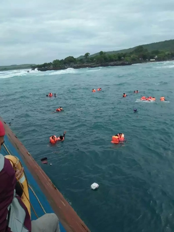 部分人員在落水後,漂浮在海面上等待救援。(圖擷自IG : Daeng Info推特)