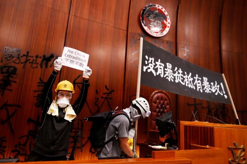 中國中央人民政府駐香港特別行政區聯絡辦公室負責人今在談話中,不僅強烈譴責發生於立法會大樓的暴力事件,還稱「堅決支持特區政府對有關嚴重違法行為追究到底」。(路透)