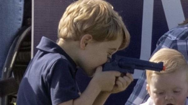 網友對於喬治王子玩玩具槍的看法兩極。(圖擷自推特)