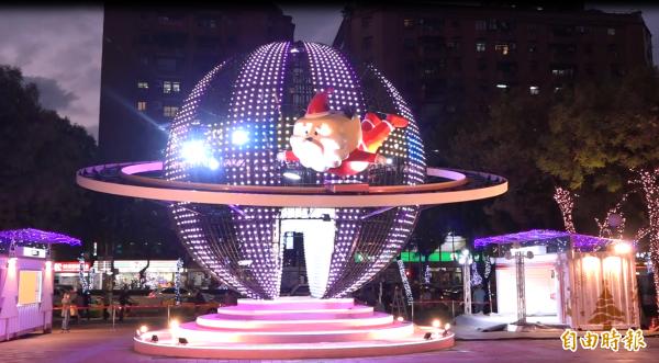 新北歡樂耶誕城首創LED球體藝術迷幻星球,用科技感十足的燈光聲效帶領民眾遨遊耶誕銀河。(記者張家寶攝)