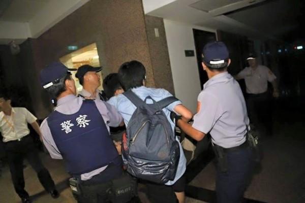 警方稍早逮捕學生畫面。(記者吳政峰翻攝)