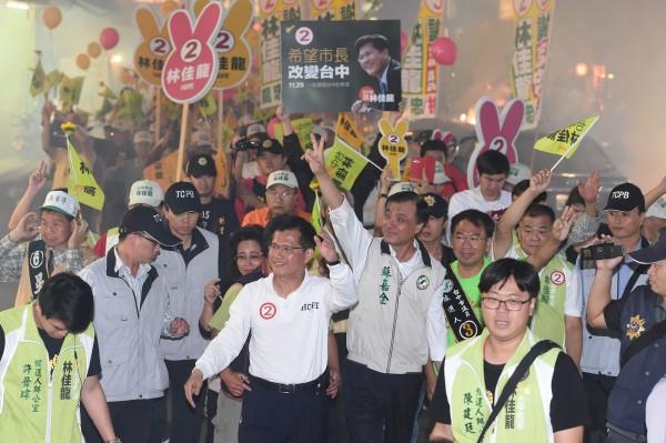 民進黨台中市長候選人林佳龍(中左)今天(28日)由市議員候選人及支持者陪同,在豐原區與台中市區徒步掃街拜票。(記者廖振輝攝)