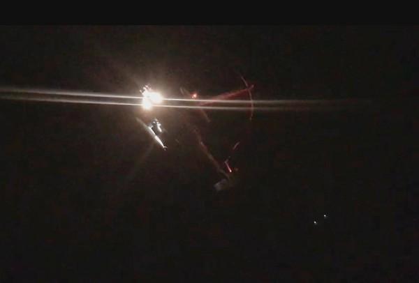 S-70C海鷗直升機晚間出動,吊掛救出擱淺貨輪上的4名船員。(記者林宜樟翻攝)