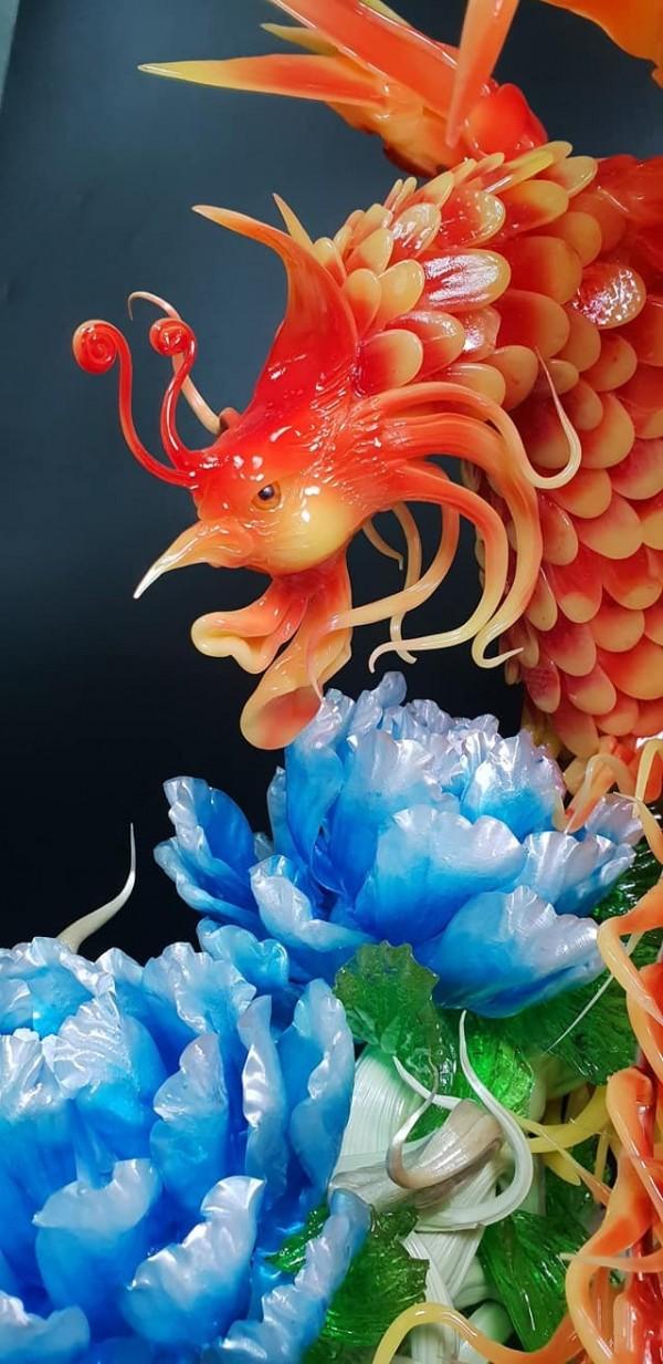 「浴火鳳凰」拉糖作品作工細膩,線條生動,就連鳳眼都炯炯有神。(圖擷自倪藝蔆臉書)