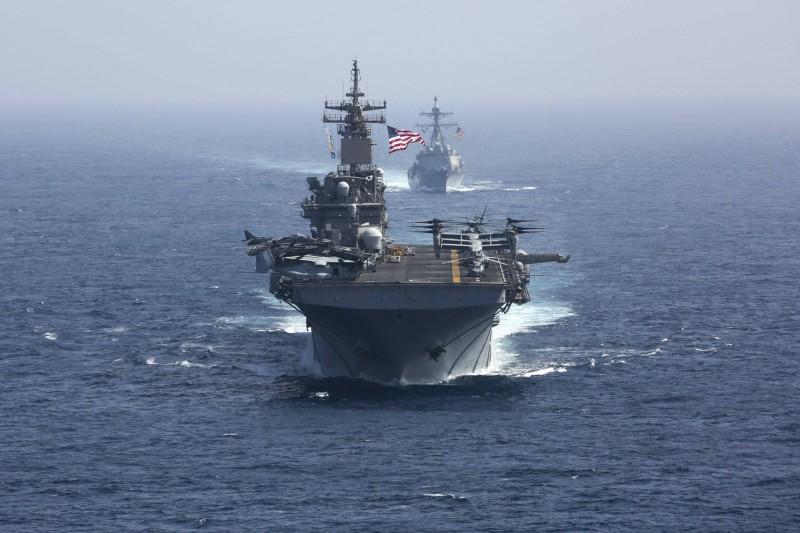 美伊衝突讓波灣局勢緊張,沙烏地阿拉伯邀請海灣阿拉伯國家合作委員會(GCC)的各國領導人參加緊急會議,商討應對措施。圖為美國林肯號航空母艦的護衛艦隊在阿拉伯海上航行。(美聯社)