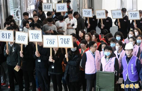 台北市政府25日舉行北北基桃聯合防災演練,並在台北101大樓進行實兵演練。(記者方賓照攝)