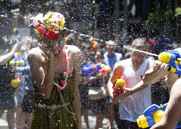 潑水節(宋干節)是泰國的傳統新年,除了當地民眾會用純淨清水互相潑灑以祈求洗去前一年的厄運,展開純淨新的一年,這項重大慶典也吸引不少外國遊客慕名前往參與。(歐新社)
