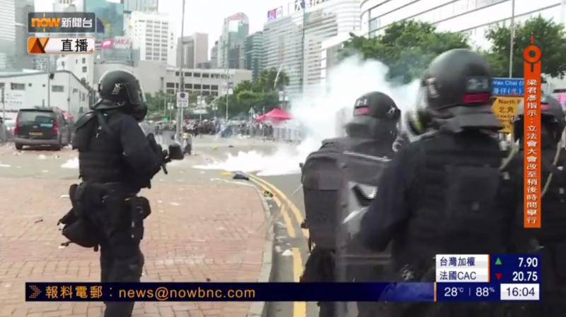 警方拋擲催淚彈反擊,現場煙霧瀰漫。(擷取自《Now新聞台》直播)