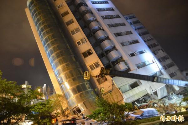 總計12樓的花蓮雲門翠堤大樓,昨晚地震後嚴重向前傾斜,隨著時間拉長及餘震不斷,大樓持續傾斜。(記者王峻祺攝)