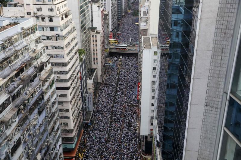 香港反送中大遊行,香港民間人權陣線副召集人陳皓恒表示,遊行人數已經超過50萬。(法新社)