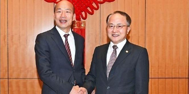 韓國瑜過去曾踏入香港中聯辦,與中聯辦主任王志民(右)見面。(圖擷取自香港中聯辦)