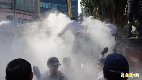 800壯士與警方發生激烈衝突。(記者劉信德攝)