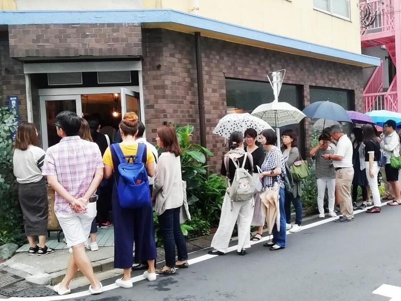 東京的一間台式早餐店大排長龍。(圖擷取自PTT)
