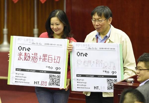 台北市長柯文哲(右)日前在北市議會承諾會全力支援民間參與米蘭世博,北市議員吳思瑤(左)也表示希望藉此重建台灣美食王國的形象。(資料照,記者陳志曲攝)