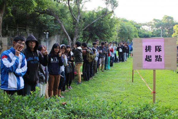 清華大學舉辦「校園自行車認領活動」,吸引超過4百名學生到場,有的還徹夜排隊。(圖由清大提供)
