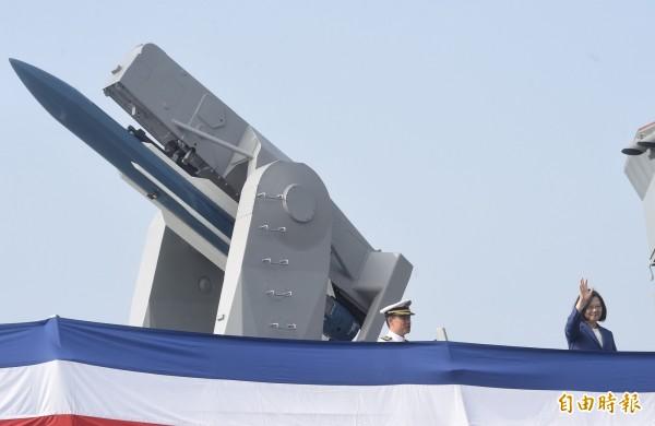 總統蔡英文8日主持「海軍銘傳、逢甲軍艦成軍典禮」,由國防部長嚴德發陪同校閱部隊並登銘傳艦巡視。(記者簡榮豐攝)