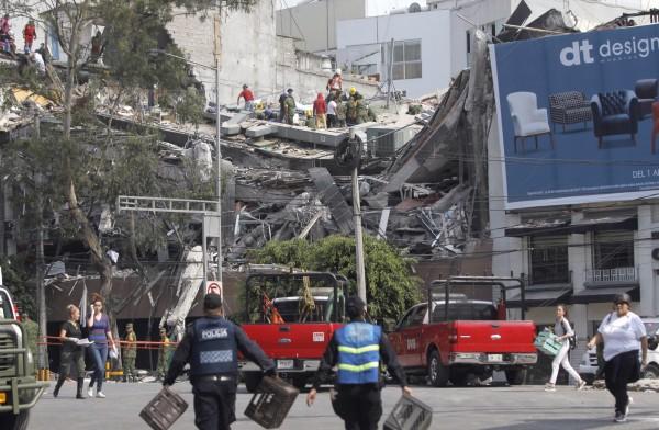 墨西哥中部發生規模7.1強震,救難人員在斷垣殘壁中找尋生還者。(歐新社)