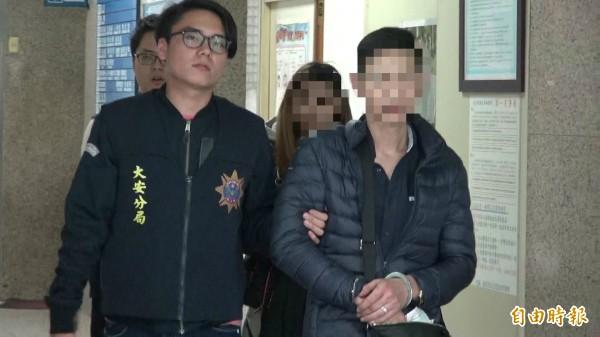 38歲許姓男子(前右)與謝姓女友(後右)涉嫌擁槍持毒,其中許男半年被警方抓槍3次。(記者姚岳宏攝)