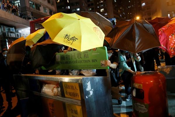 香港反釋法遊行活動今(6)日晚間爆發警民衝突,目前已有許多民眾攜帶物資上街「佔領」香港主要幹道,並透過臉書更新現場情況,抗爭愈演愈烈。(路透)