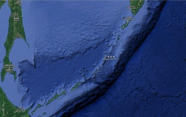 俄國將在千島群島沿線的幌筵島、松輪島、擇捉島、國後島,以及庫頁島和堪察加半島等地部署軍備。(圖擷取自Google Map)